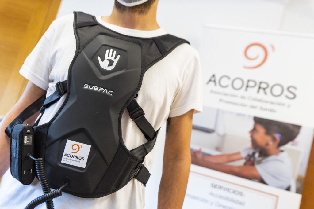 Mochila vibratoria que facilitará ACOPROS para accesibilidade auditiva